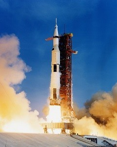 800px-Apollo_11_Saturn_V_lifting_off_on_July_16,_1