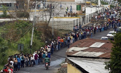 food-line-in-venezuela-san-cristobal-2.jpg,qx64310