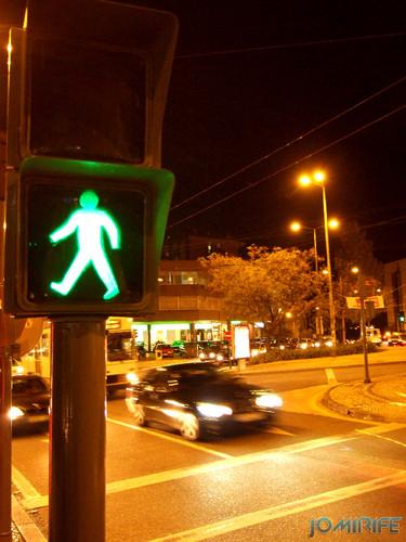 Sinal verde de passagem de peões à noite