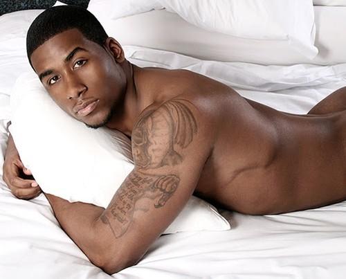 Mais Uma Foto De Um Homem Nu Tatuado Desta Vez Negro