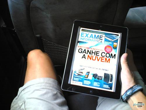 De viagem a ler uma revista... no iPad