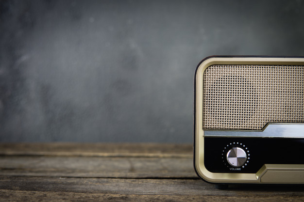 vieja-radio-retro-fondo-gris-frente-mesa_42493-1.j