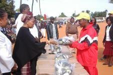 Primeira-dama entrega material para o Africanito