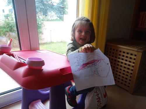 Sara com desenho.JPG
