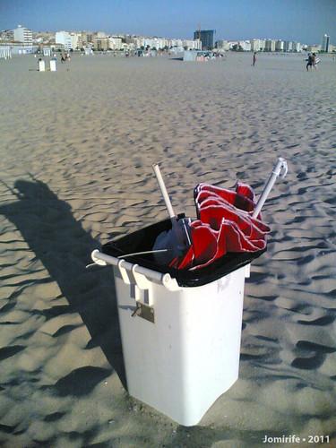 Vento estraga os chapéus de sol este verão