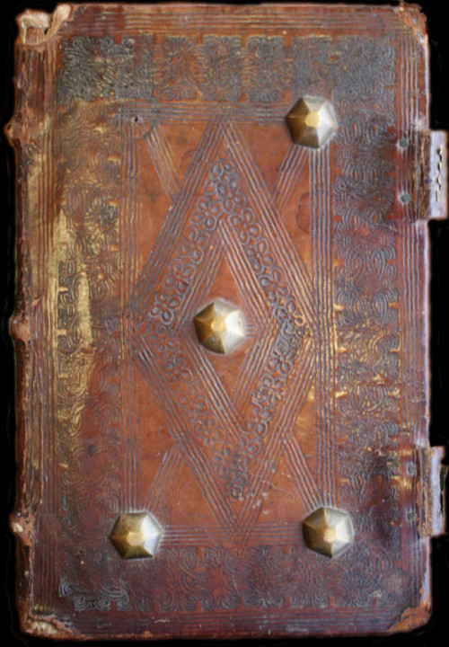 Livro onde está guardado o Foral de Cernache. AHM