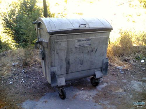 Caixote do lixo antigo de ferro