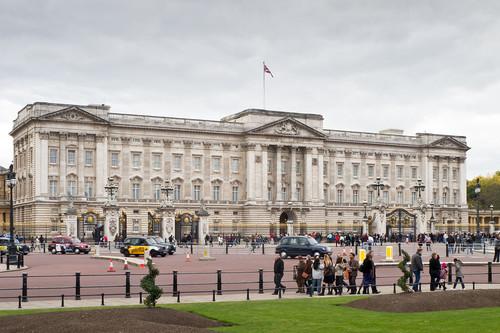 1024px-Buckingham_Palace_-_01.jpg