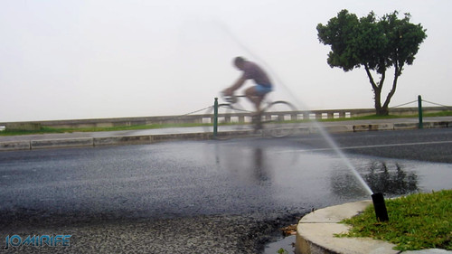 Figueira da Foz - Regador virado para a estrada molha ciclistas [en] Watering facing the roas wet the cyclists