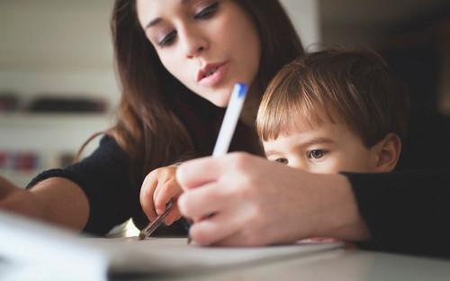 Mãe e filho a fazer trabalhos de casa
