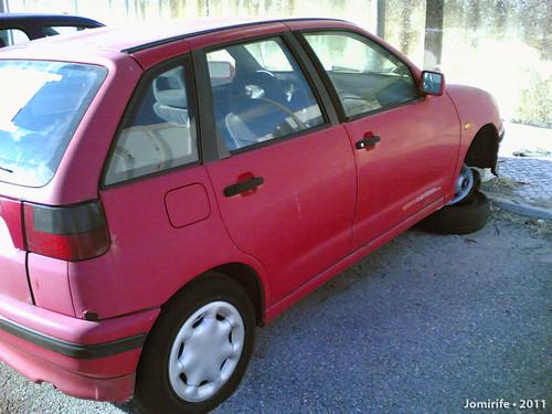 Carro abandonado num estacionamento pede ajuda (2)