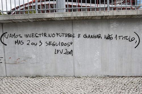 Imagem da Parede com criticas a Vieira ( Foto de A Bola)