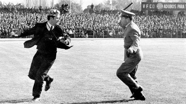 António Capela e o polícia.jpg