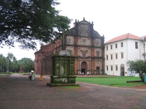 Basilica do Bom Jesus, Velha Goa.jpg