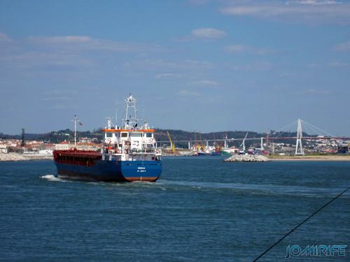 Navio comercial Rodau St Johns a entrar no porto da Figueira da Foz [EN] Commercial ship Rodau St Johns arriving at the port of Figueira da Foz