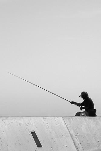 O José Grande, à pesca no Porto de São Fernando...