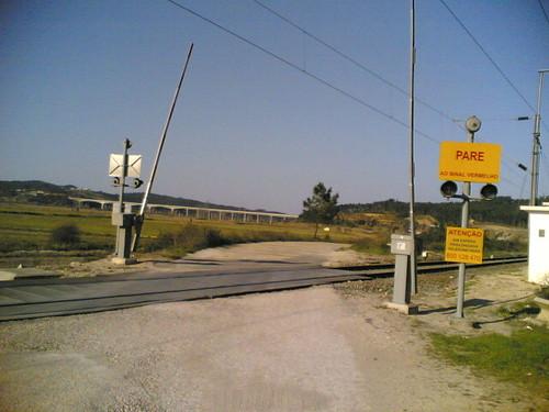 Passagem de nível em Reveles com vista para a A17