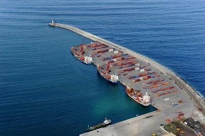 O atual porto da Praia da Vitória...