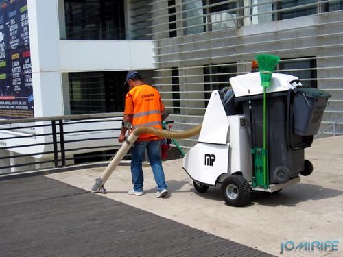 Na Figueira da Foz usam um carrinho com aspirador para limpar as ruas [en] In Figueira da Foz they use a trolley with a vacuum to clean the streets
