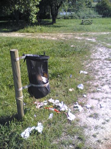 Saco do lixo não retirado rebenta e lixo no chão