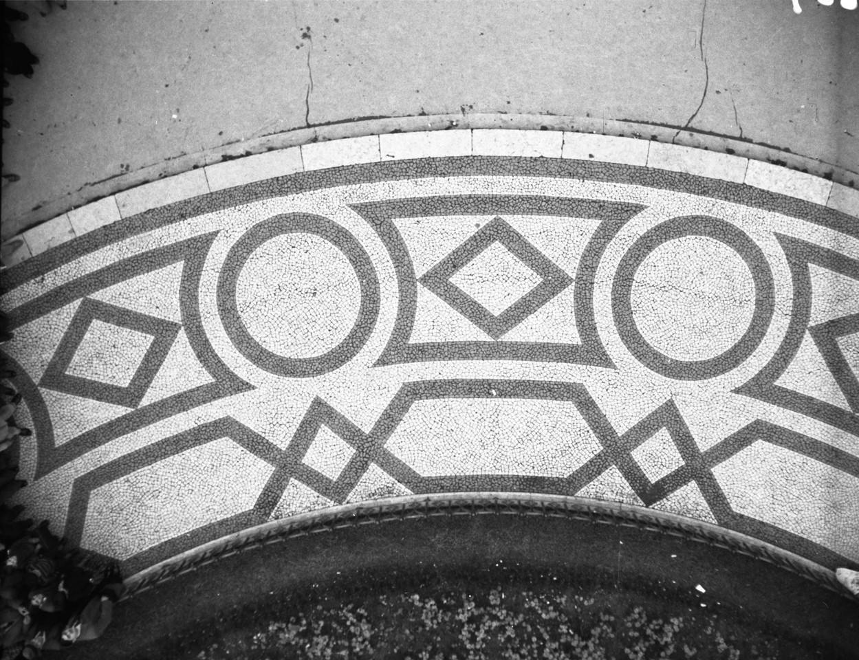Calçada portuguesa, Rossio, 1944, foto de Antóni