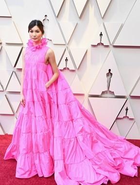 Gemma Chan em tecido para 4 vestidos.jpg