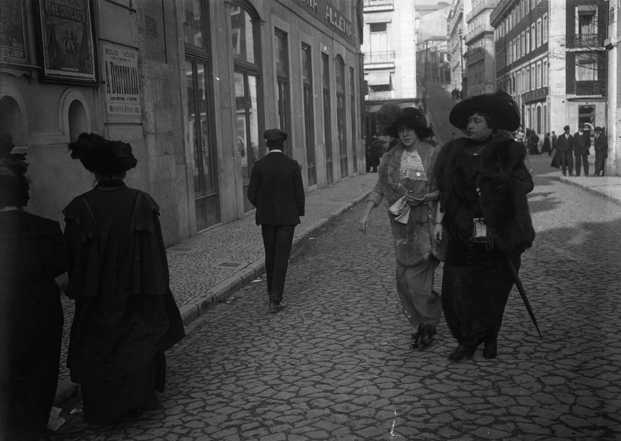Senhoras passeando junto do cinema Chiado Terrasse