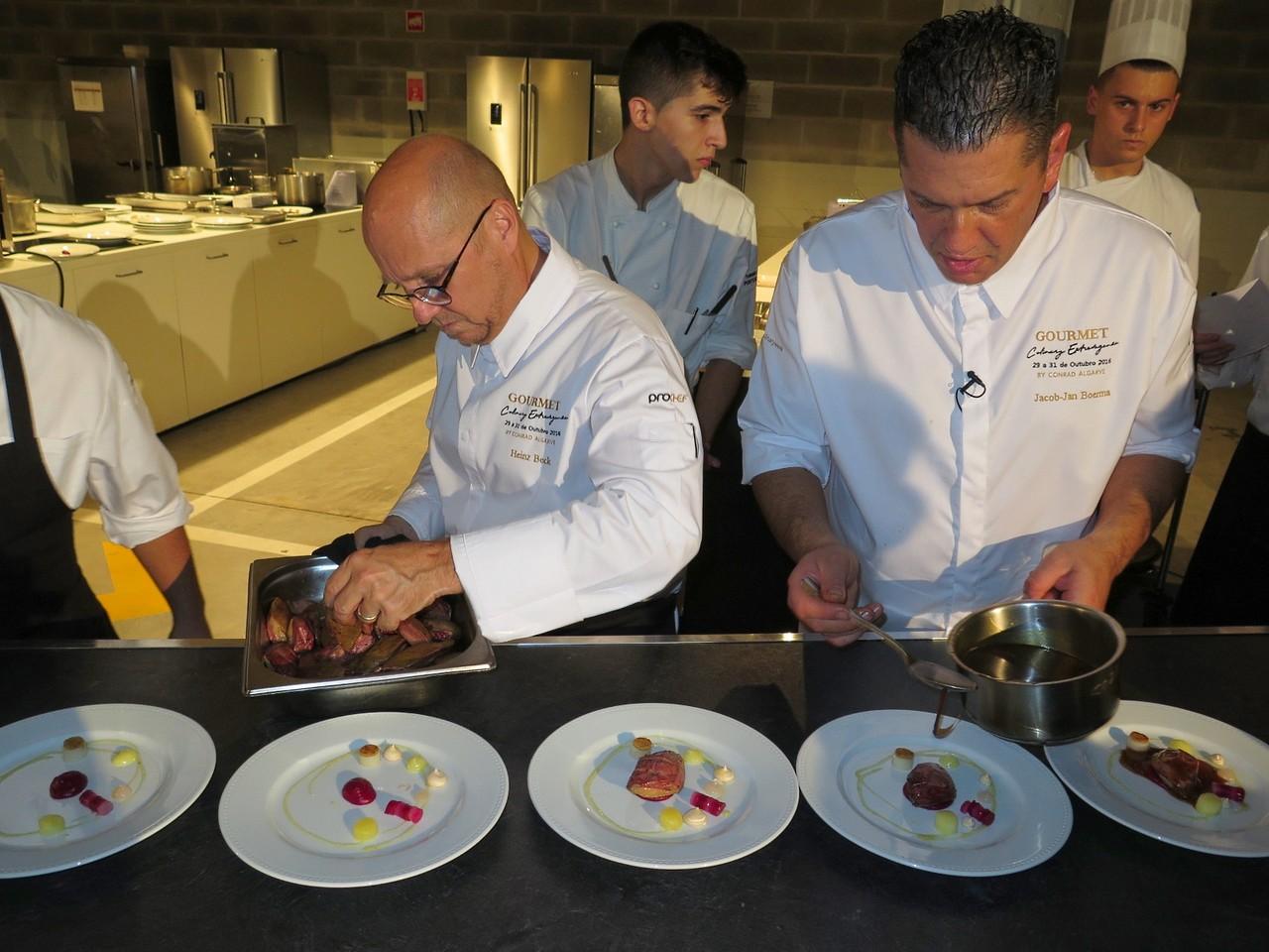 Heinz Beck empratando o pombo e Jacob Jan Boerma servindo o saboroso jus com imensa avelã
