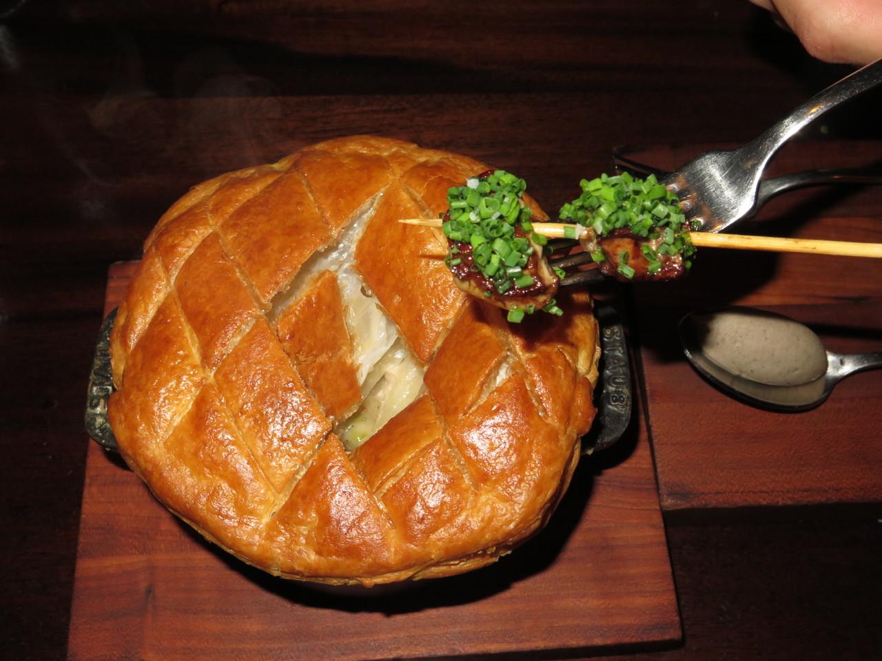 Depois, coloca-se o foie gras, coberto de cebolinho