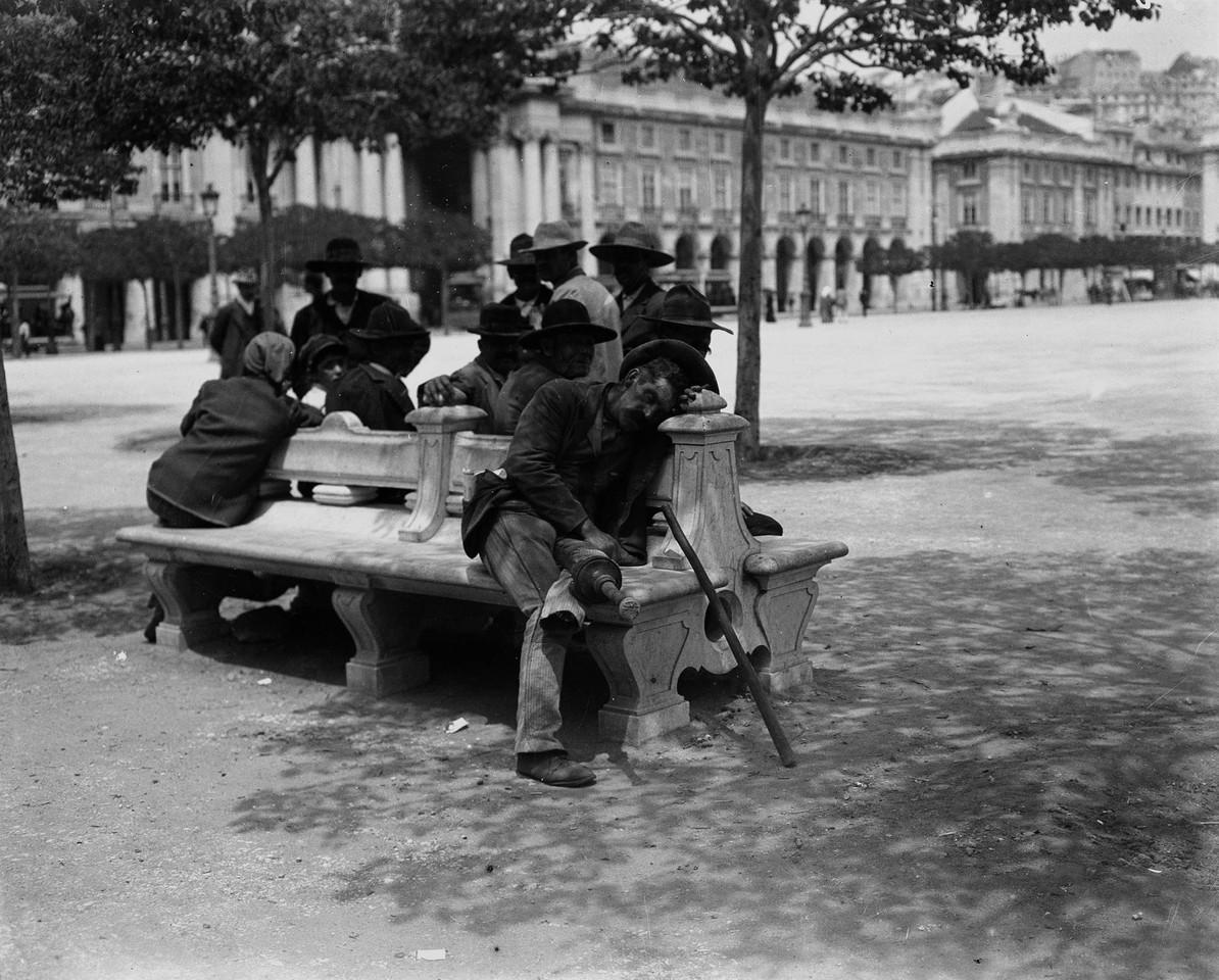 Ociosos na Praça do Comércio, 1907, foto de Josh