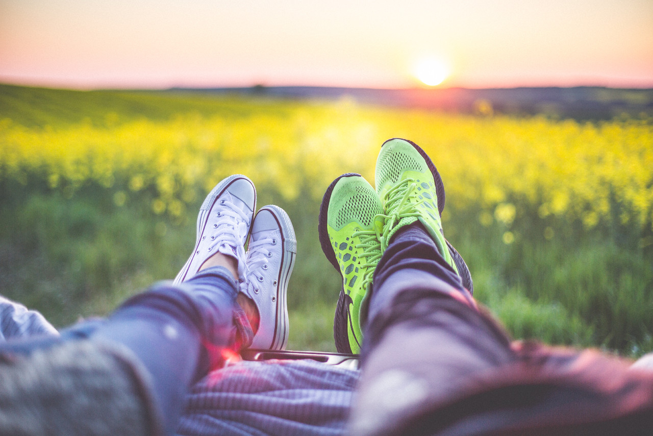 young-couple-relaxing-enjoying-sunset-from-the-car