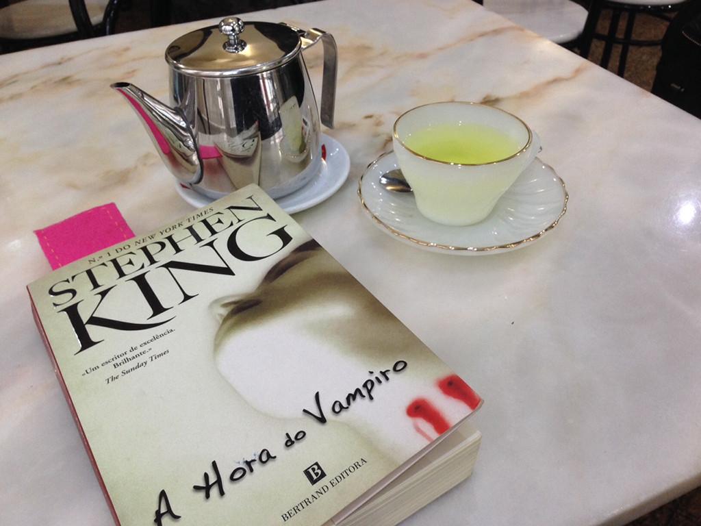chá e livro.jpg