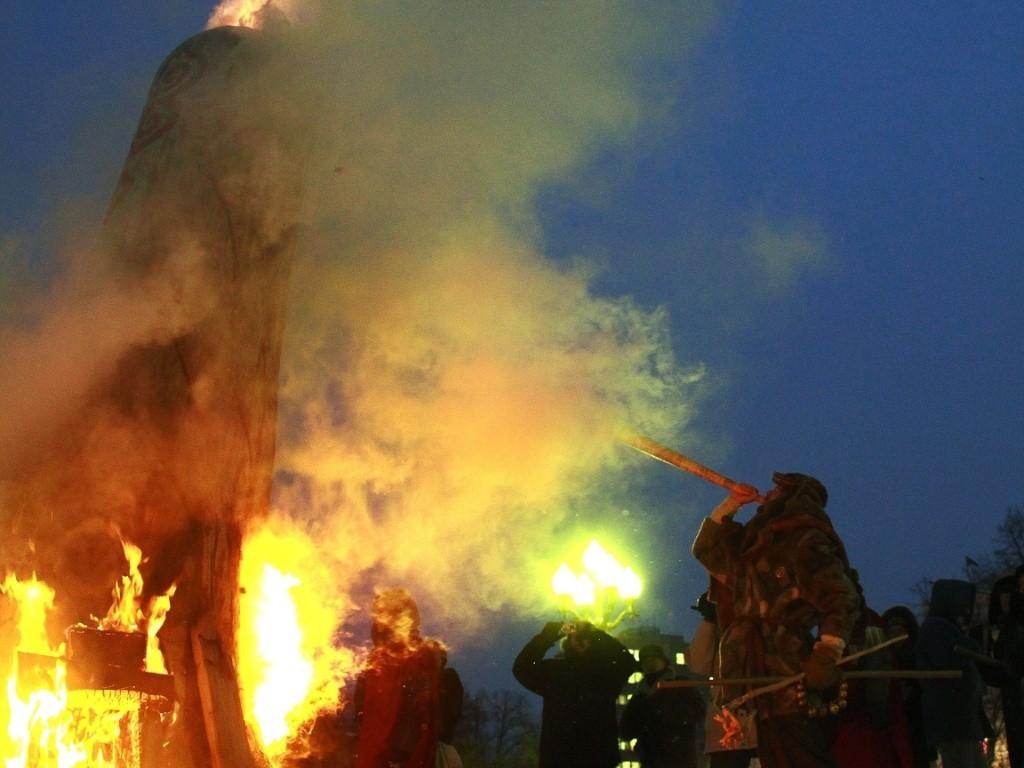 22dez2012---pessoas-participam-de-ritual-em-celebr