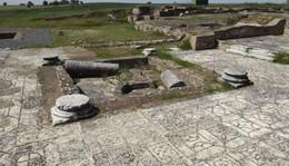 230820171710-670-runas-romanas-pises-peristilo.jpg