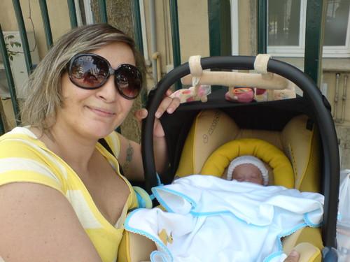 á porta da maternidade no dia da tão esperada alta!