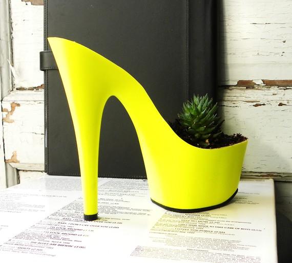 sapatos stilleto vaso de flores